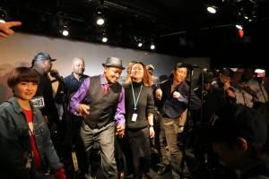 Japonais et Africains dansent ensemble.