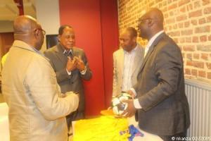 Kakoko en conversation avec Jean Bruno Kinsiona (président du RSI), Lutonadio Morceau et Barthélemy Nkanza avant de dédicacer le ballon dédié au capitaine Kibonge pour son 70ème anniversaire (Mars 2015)