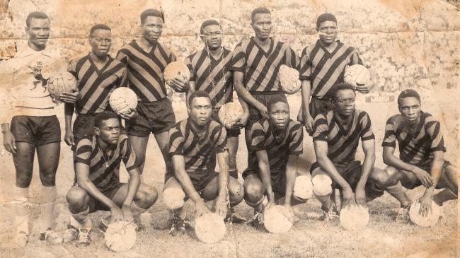 On reconnaît  Mange, 3ème debout de gauche à droite. (V. Club des années 1965-1966).