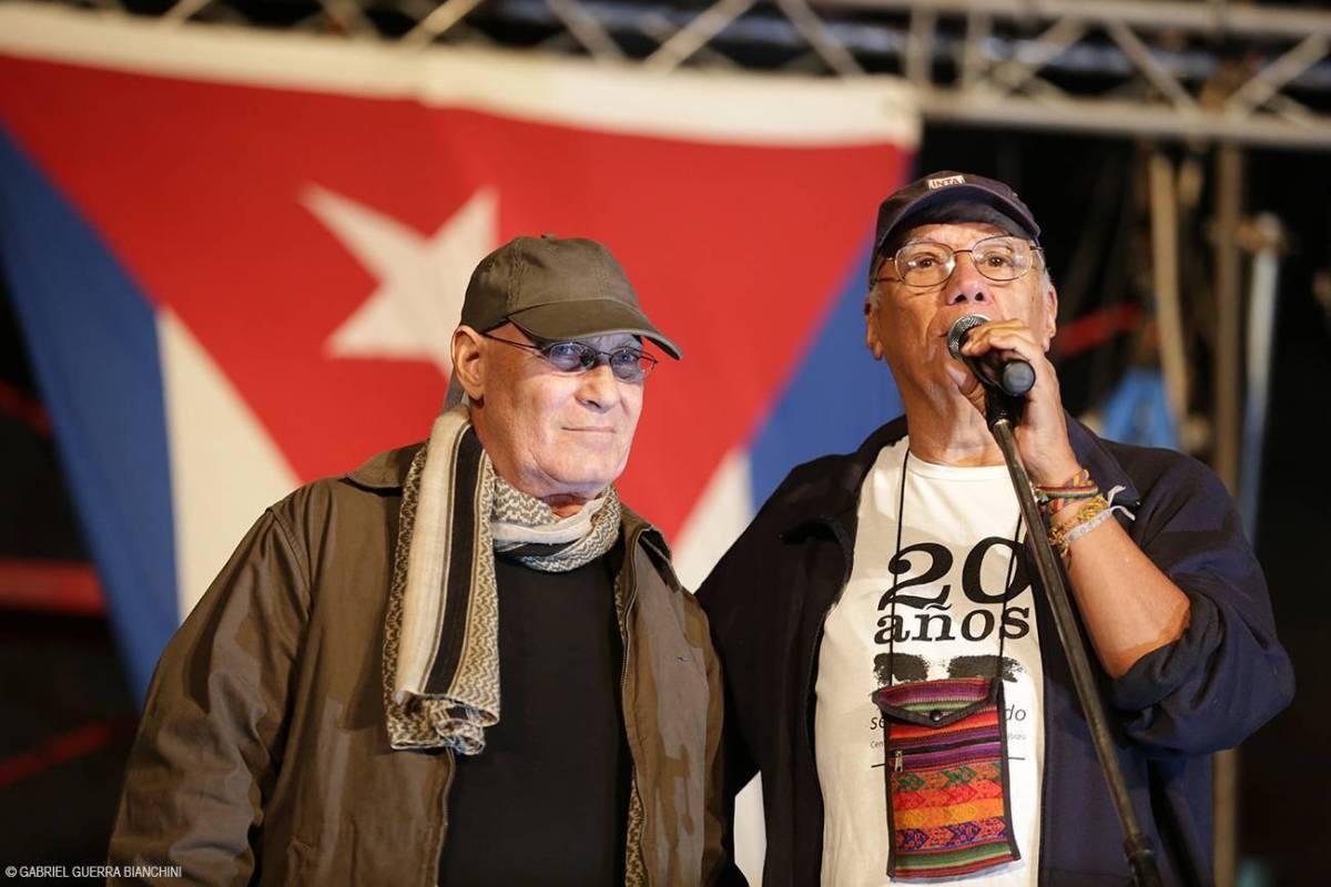 Victor Casaus y Vicente Feliú son dos artistas habituales en los conciertos de Silvio Rodríguez en la Gira por los Barrios. Foto: Gabriel Guerra Bianchini.