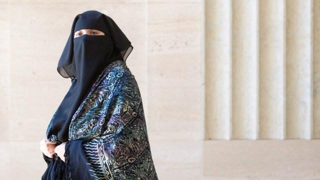 Hermana de Omar Khadr demanda al gobierno después de que le prohibieran volar de regreso a Canadá