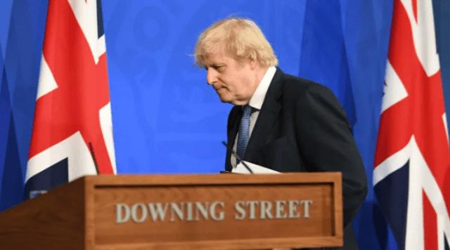 Gran Bretaña dice que aliviará el encierro y probará los pasaportes de vacunas