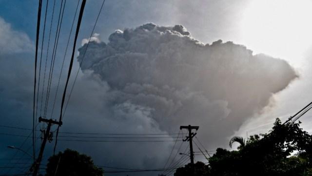 Erupción explosiva sacudió volcán en San Vicente, en el Caribe
