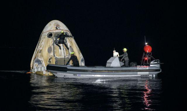 SpaceX devuelve 4 astronautas a la Tierra en un aterrizaje nocturno