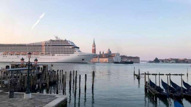 Primer crucero navega por Venecia desde el inicio de la pandemia