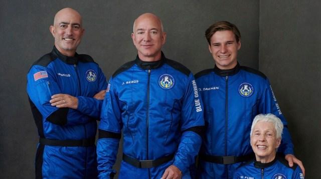 Bezos monta su propio cohete en el primer vuelo de Blue Origin con personas a bordo