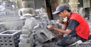 Seorang warga menyelesaikan pembuatan kerajinan miniatur candi Borobudur berbahan batu  Merapi di Pabelan, Mungkid, Magelang, Jateng, Selasa (22/2).