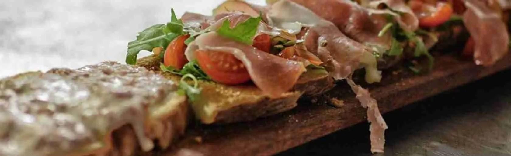 Le top class escort Firenze adorano fare uno spuntino con un panino al lampredotto.