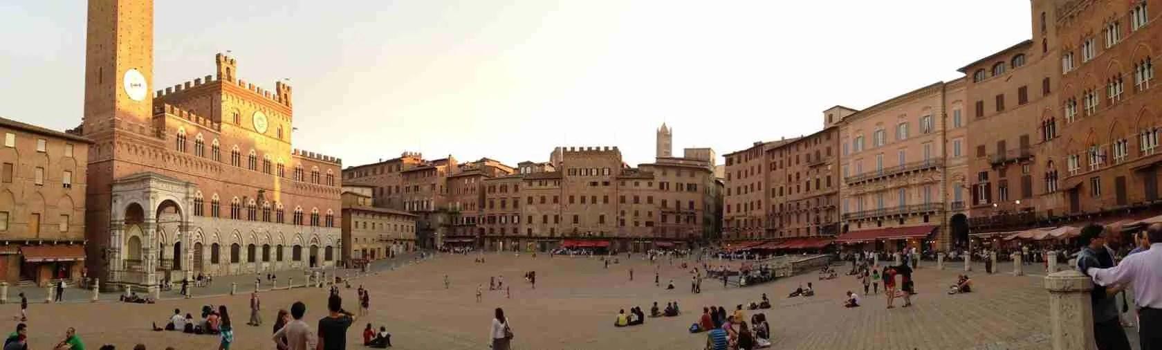 Piazza del Campo a Siena è la meta ideale per una passeggiata con una escort Siena. Magica Escort