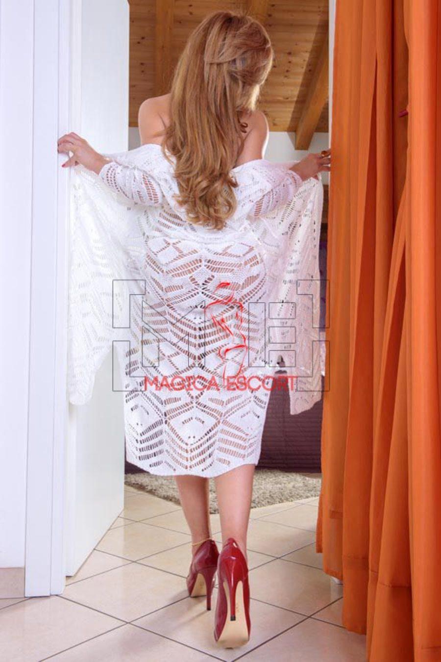 Karla escort Piacenza mentre si toglie la vestaglia.