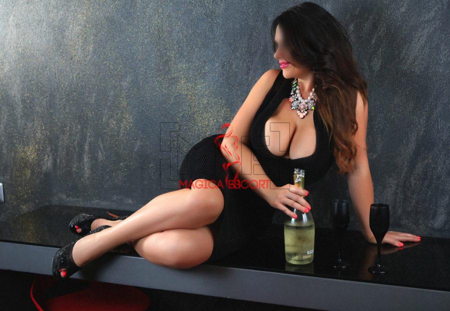 Alina escort Milano pronta ad un brindisi con un buon calice di prosecco.
