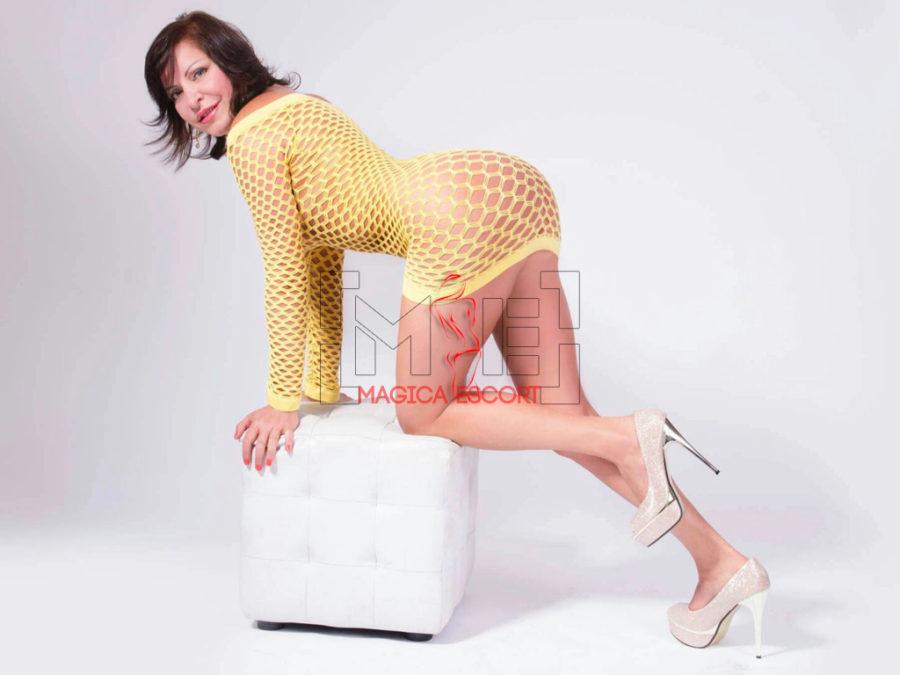 Beatriz escort Firenze indossa un abitino giallo traforato vedo e non vedo