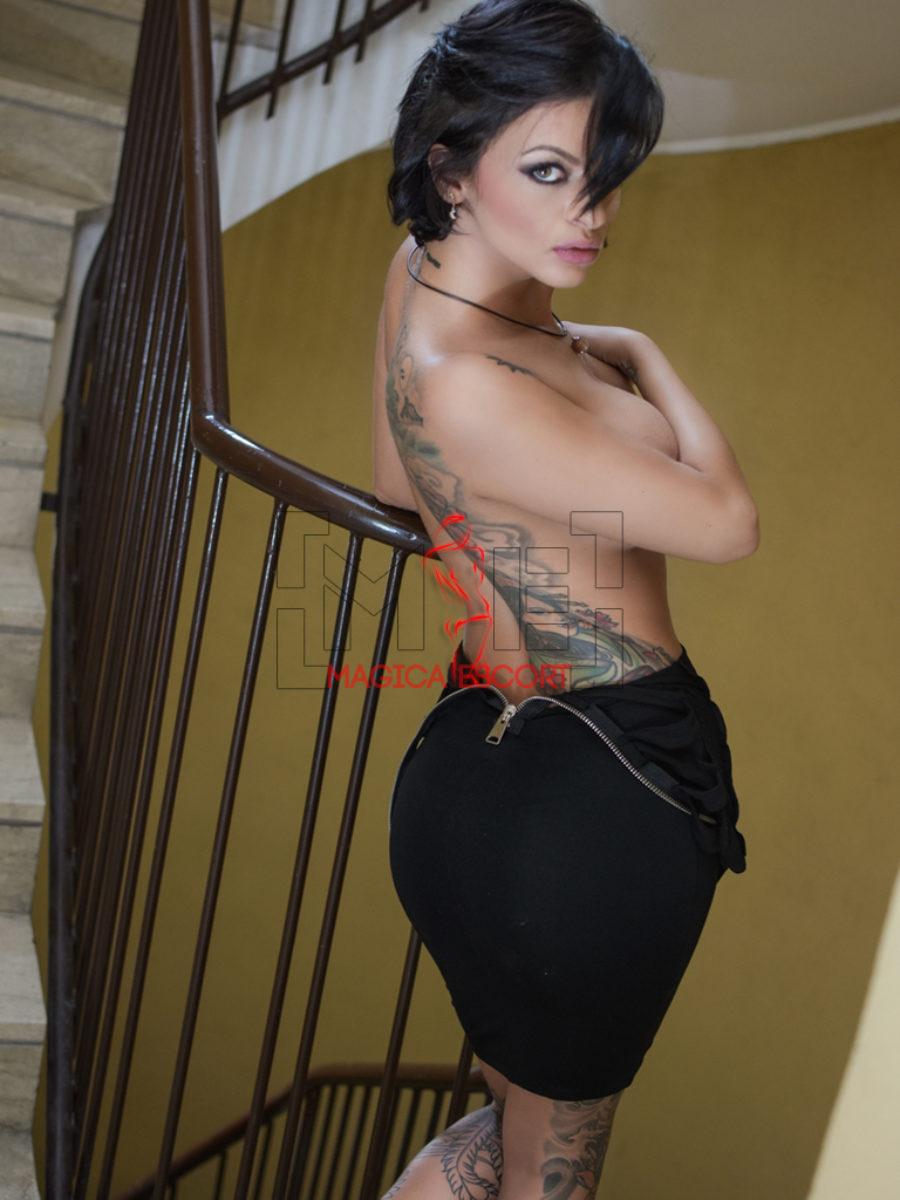 Betty Boop escort Brescia in abitino nero per non lasciare nulla alla immaginazione