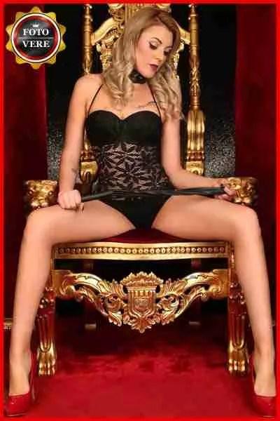 Ella escort vip fotografata sul trono del piacere con il frustino in mano. Magica Escort
