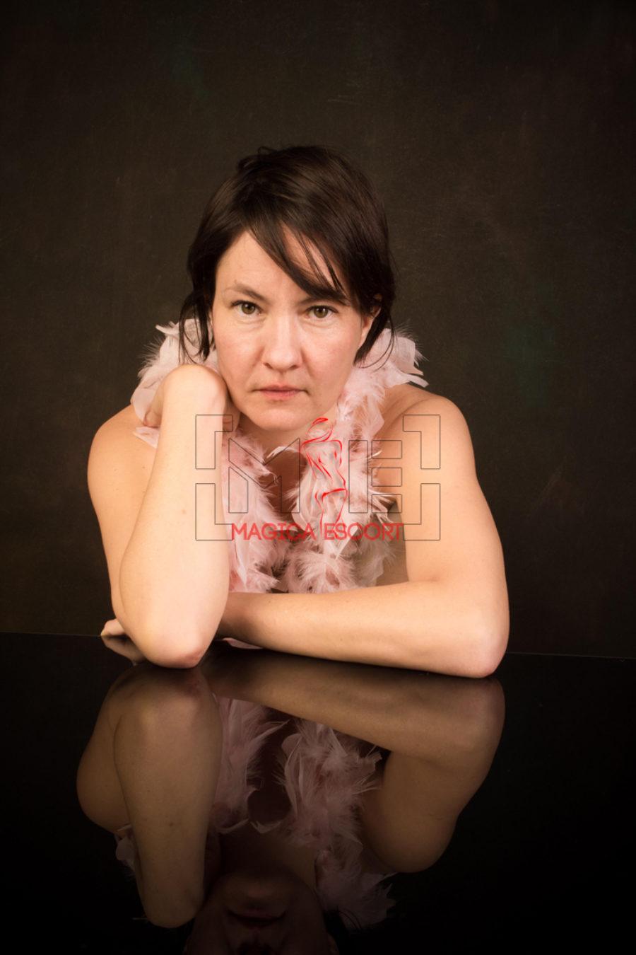 Sguardo intenso in questa foto in primo piano di Monica massaggiatrice tantra elite.
