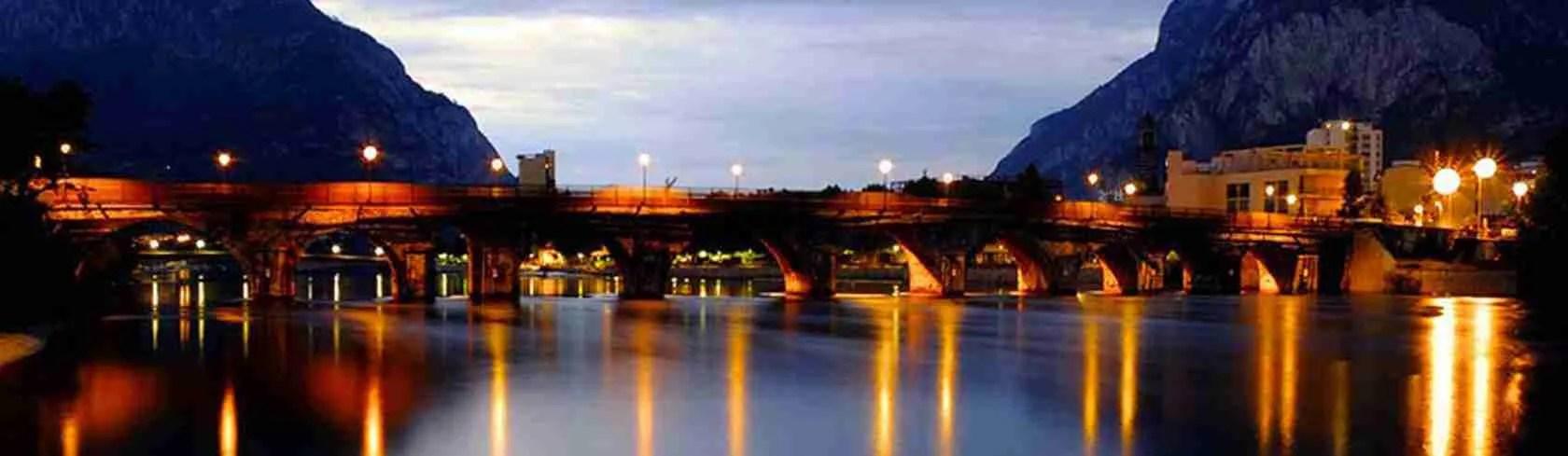 Il Ponte Azzone Visconti di Lecco illuminato. Una vista mozzafiato da ammirare con una escort Lecco.