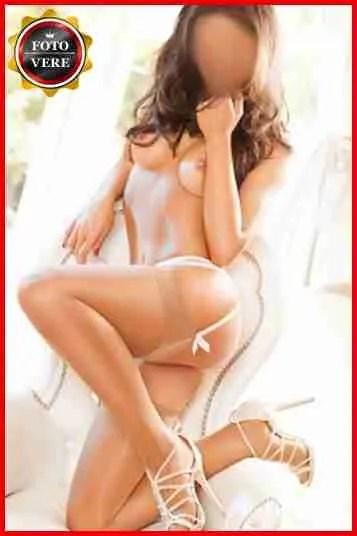 Veronica escort Milano a seno nudo e con il reggicalze nella sua foto di anteprima.