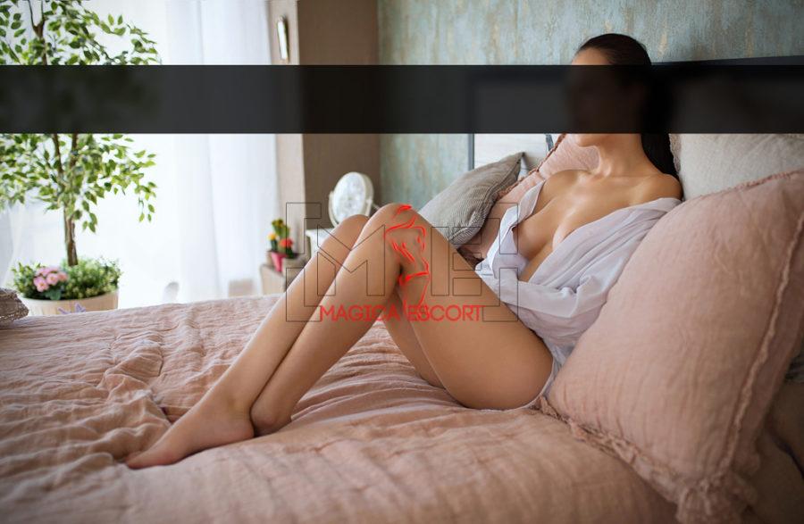 Eva escort Vicenza scopre il seno in questa foto.
