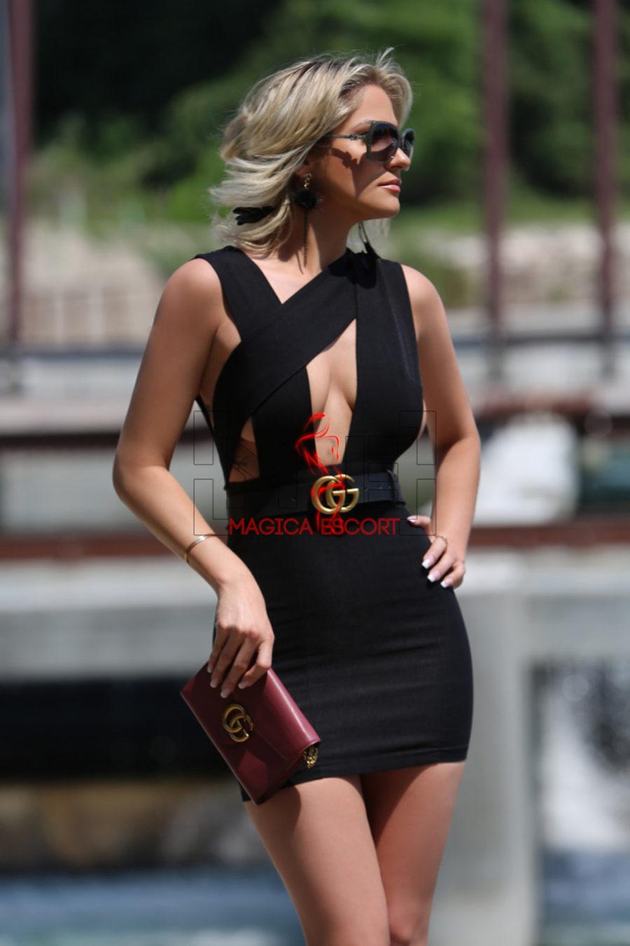 Lara Crof escort Bergamo top class è elegantissima con questo vestitino nero scollato.