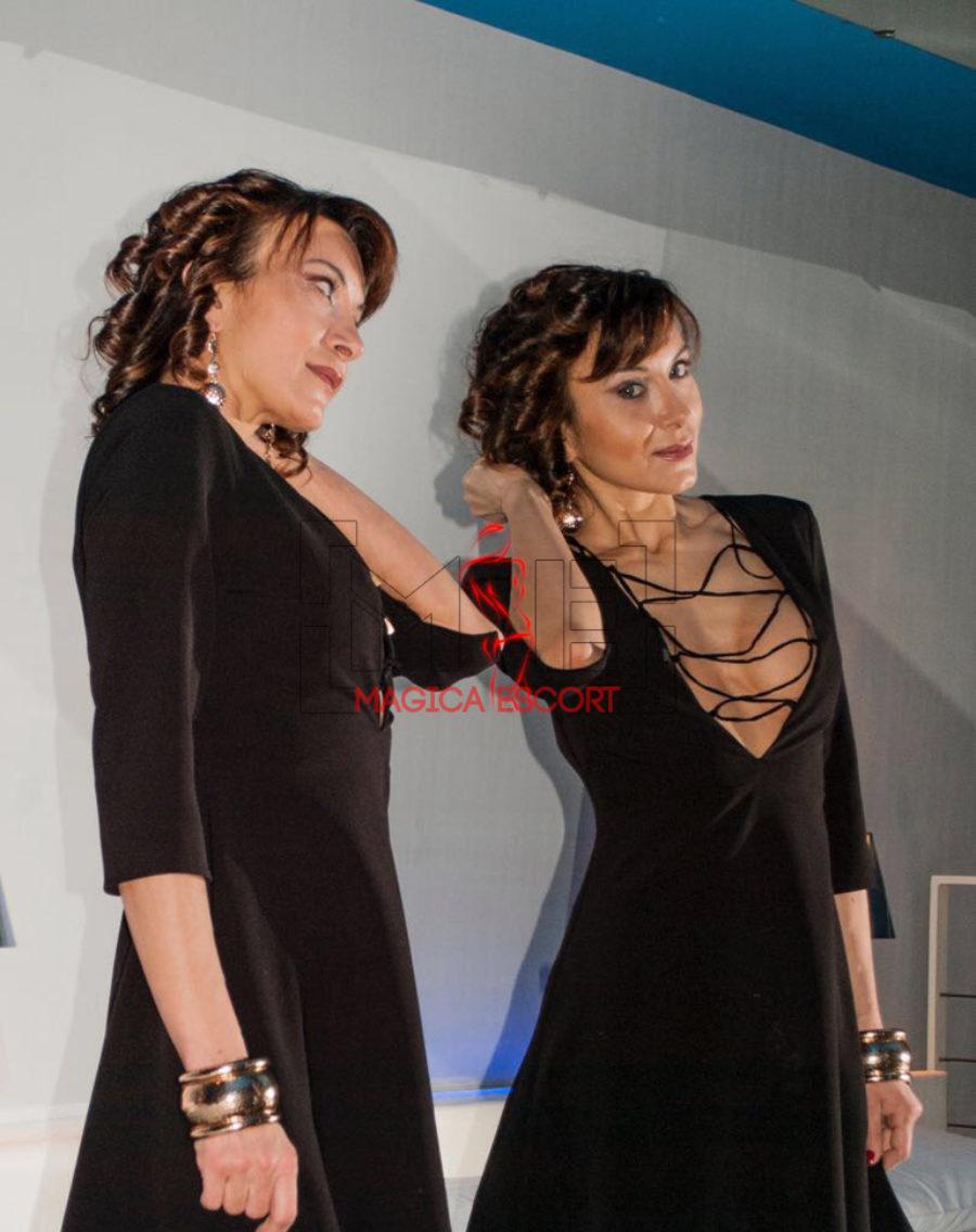 Celine top class escort Bergamo indossa un abito scollato ma molto elegante.