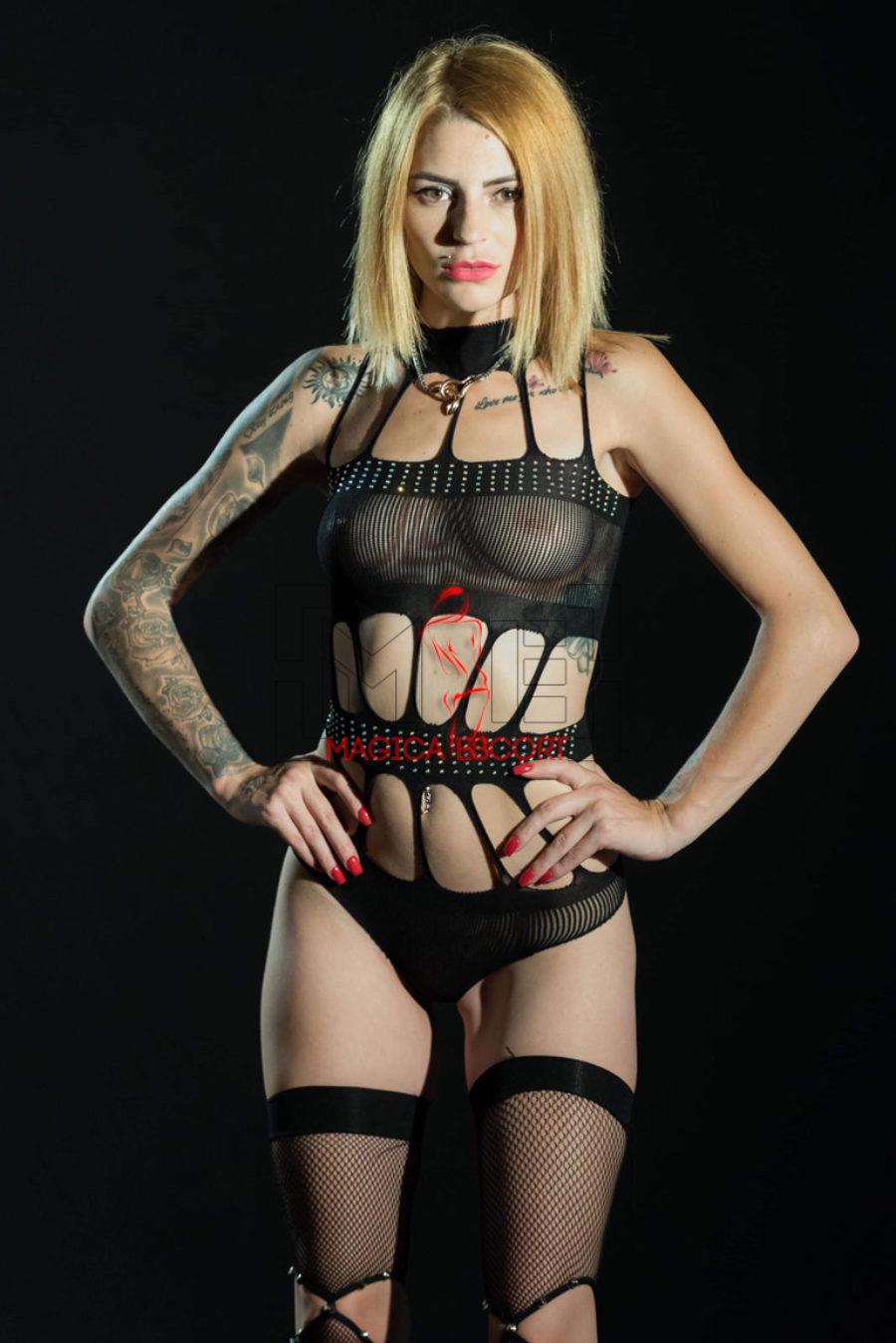 Escort Catania. Laura con della lingerie nera e trasparente da sballo. Magica Escort.