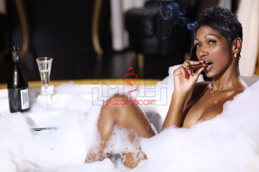 Escort cubana Sharon fuma il sigaro con malizia mentre si fa il bagno. Magica Escort.