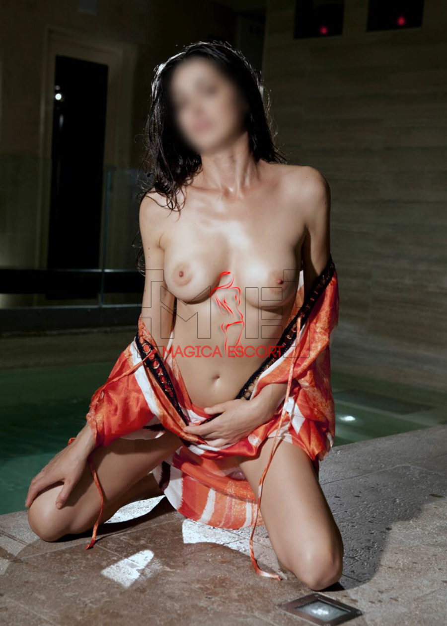 Top class escort Milano. Deborah mostra il seno perfetto. Magica Escort