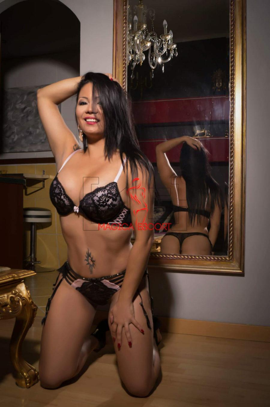 Vanessa accompagnatrice colombiana fotografata allo specchio che mette in risalto il suo splendido corpo. Magica Escort