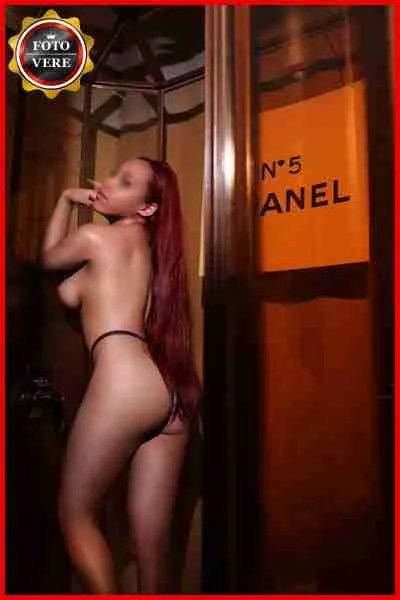 Kendra escort cubana indossa solo una mutandina ridottissima. Magica Escort