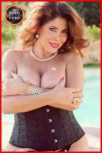 Milly D'Abbraccio in un splendido primo piano a seno nudo. Magica Escort