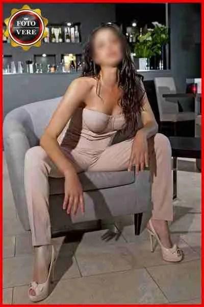 Top class escort Milano. Deborah è elegantissima prima di una cena con un cliente. Magica Escort