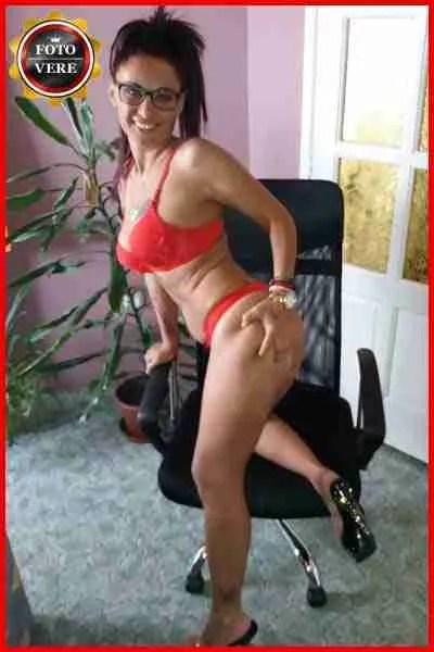 Tina massaggiatrice Viareggio indossa una guepière eccitante in questa foto. Magica Escort