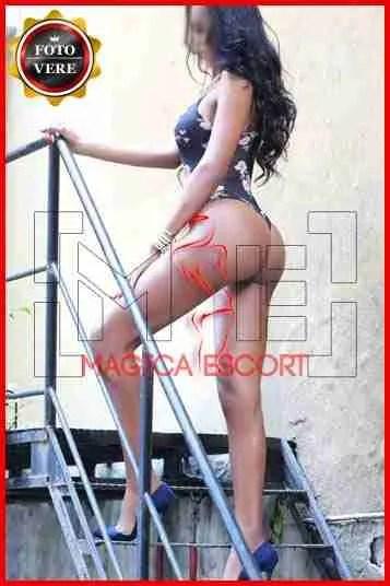 Rose escort Brescia nuda con la giarrettiera rossa. Magica Escort