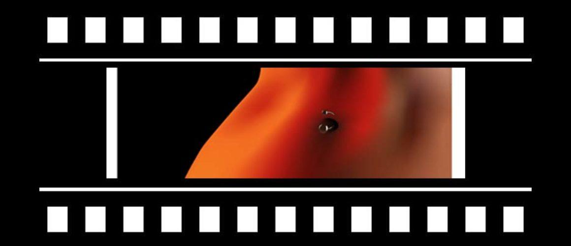 """Escort kinky bella e dannata nel film horror """"Piercing""""."""