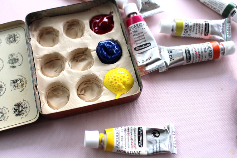 make your own cool little travel paint box using any small empty tin or even plastic container. This is pure upcycling, which I love. and this little tin box takes up no space in my bag.