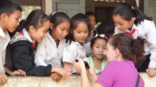 Ban Bom Village - Tanya Showing The Lao Kids The Photo She Took With Them