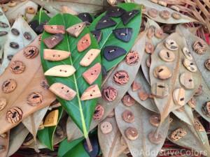 Bottoni in legno su foglie – foto ©http://annaerre.blogspot.it/