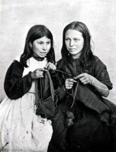 Lavorazione a maglia con ferri ottenuti da filo metallico