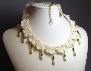 Crochet Lace & Bead Necklace di Catherine Chant: modello di collana per Natale
