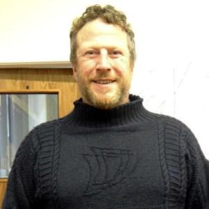 Lo skipper Clive Gray con uno dei maglioni