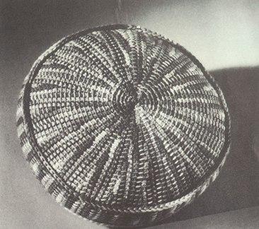 Storia dell'uncinetto tunisino, ecco un cuscino rotondo da Afghan-Stitch Designs, del 1965