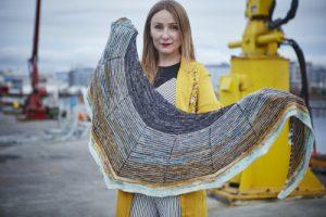 A legaccio, questa sciarpa-scialle fa un uso saggio di filati in colori armonizzati