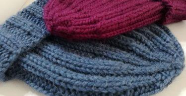Due berretti sportivi a maglia eseguiti su ferro circolare