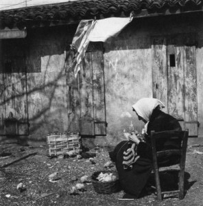 Donna anziana lavora all'uncinetto