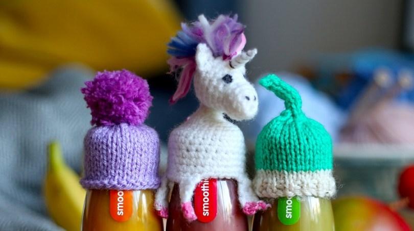 Cappellini per bottigliette realizzati per l'iniziativa Tanto di cappellino
