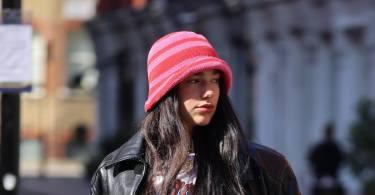 Dua Lipa indossa un cappellino a uncinetto