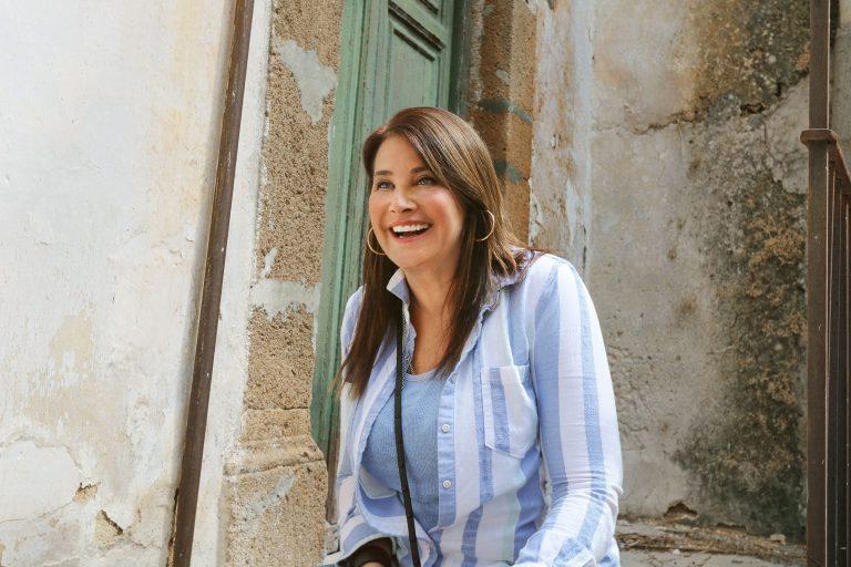 """""""Vado a vivere in Sicilia – La mia casa a 1 euro"""", l'attrice Lorraine Bracco su HGTV"""