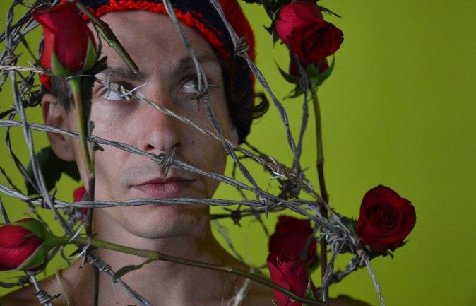 """Napoli: performance """"dell'artista a colori"""" Riccardo Matlakas a Piazza Bellini"""