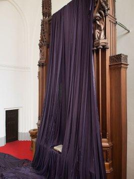 Katharina Grosse, Gebete erfinden, 2014, Altarbildverhüllung in der Paul-Gerhardt-Kirche, Berlin
