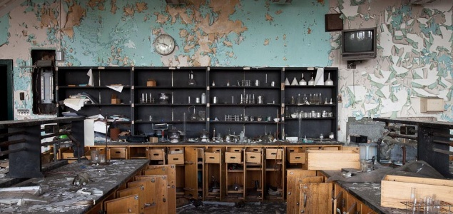 1. Laboratorio de ciencias de un colegio
